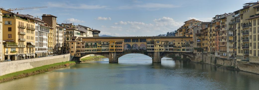 Panorama_of_the_Ponte_Vecchio_in_Florence,_Italy.jpg